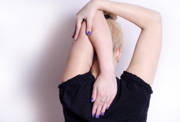 乳腺の未発達は肩甲骨の歪みが原因か?リンパケアで問題解決!!